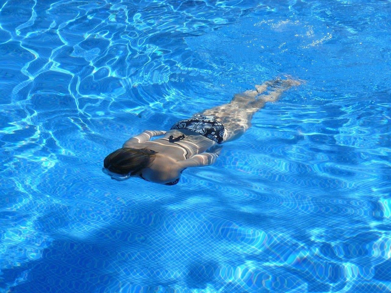 piscina comunitaria mujer buceando - si un vecino no paga la comunidad