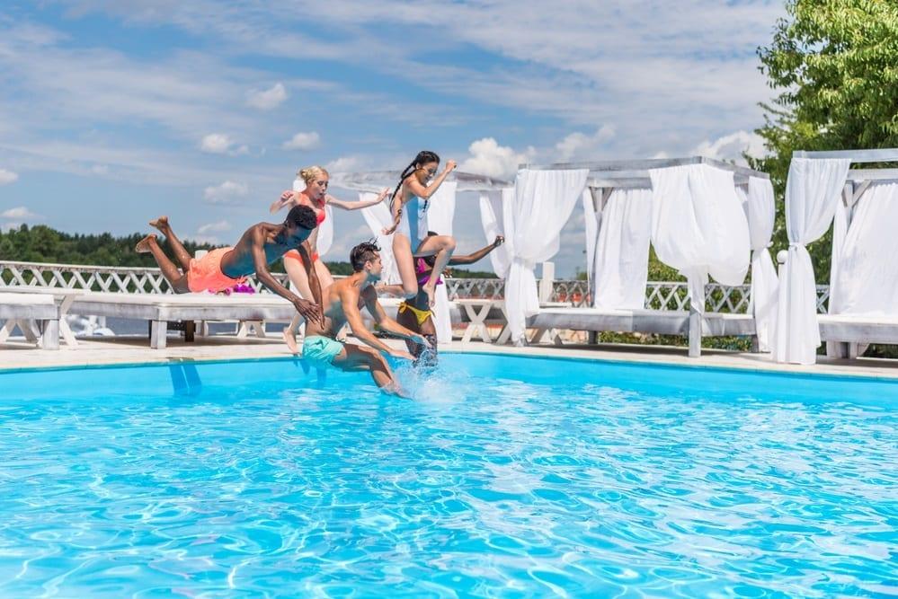 vecinos en la piscina comunitaria - si un vecino no paga la comunidad